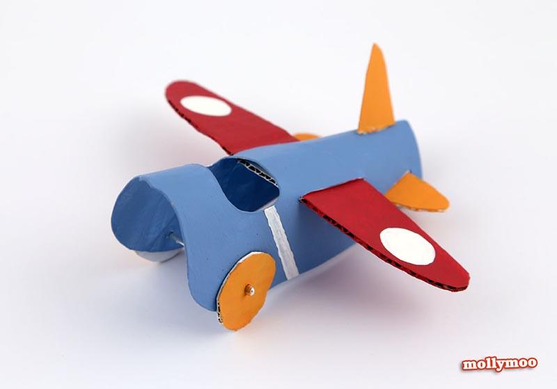 avion avec rouleau de papier toilette